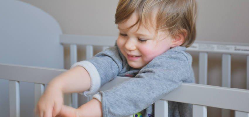 Hvornår begynder børn at bryde ud af en tremmeseng?