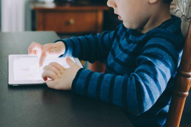 Mindre skærmtid for børn? Brug disse tips til at begrænse brugen